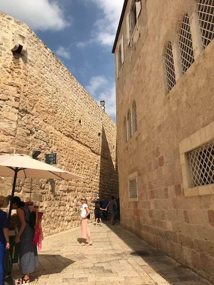 Jolie,Gata, m-a trezit, mă aflam intr-un exercițiu de imaginație, mergând pe străzile Ierusalimului.Mi-am imaginat viața unei femei din acele timpuri.
